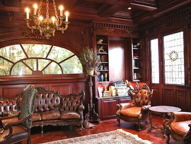 """""""Das luxuöriose Interieur: Vor den Fenstern samtene Vorhänge, auf dem Boden Marmor, die Decke mit Fresken überzogen und im Haus ein verspiegelter Aufzug."""""""