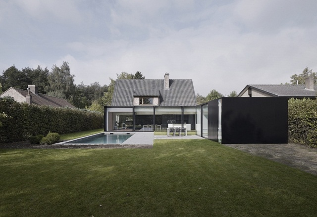 """""""Studio Graux & Baeyens Architecten hat vor kurzem das DS Projekt abgeschlossen. Die Architekten haben dieses alten Farmhaus in Destelbergen renoviert und erweitert."""""""
