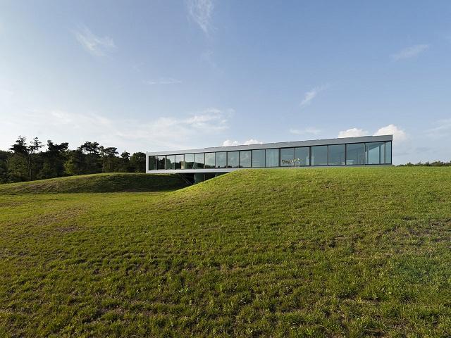 """""""Das Bridge House von 123DV präsentiert eine moderne Architektur und Design. Es ist ein Wohntrend für die grüne Dekoration, die sich auf der Natur inspiriert."""""""