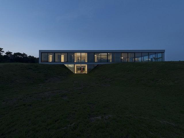 """""""Das Bridge House von 123DV präsentiert eine moderne Architektur und Design. Es ist ein Wohntrend für die grüne Dekoration, die sich auf der Natur inspiriert.""""  Wohntrends: Bridge House von 123DV Wohntrends Bridge House von 123DV Architektur und Design Wohn DesignTrend 05"""
