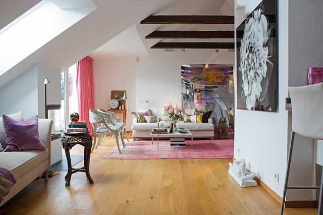 """""""Per Jansson zeigt stilvolle und praktische skandinavische Wohndesign: große Lounge, leuchtende farbige Zimmer, goldene dekorative Spiegel, elegante Sitzmöbel."""""""
