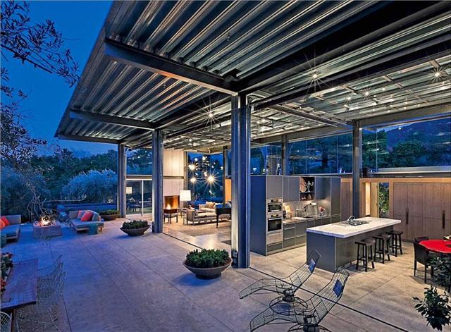 """""""Das Familiendomizil in den Bergen von Santa Barbara besteht aus zwei Pavillons aus vorgefertigen Industriebauteilen, die durch einen Gang verbunden sind.""""  Wohntrends: Stahlhaus in Montecito von Barton Myers Inc. Wohntrends Stahlhaus in Montecito von Barton Myers Associates Architektur und Design Wohn DesignTrend 07"""