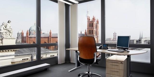 """""""Der Gebäudekomplex Building Berlin ist an der Französischen Straße 33a-c in 10117 Berlin. Hat Büro-, Konferenz- und Eventfläche und ist verfügbar ab 2014."""""""
