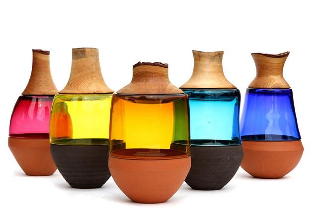 """""""Die Objekte """"Stacking Vessels"""" von Pia Wüstenberg vereinen die Materialien Keramik, Glas und Holz zu einer funktionalen Skulptur."""""""