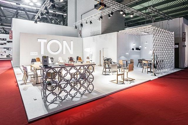 """""""Historisch gesehen ist TON ein Stück tschechisch-österreichischer Design- und Industriegeschichte und einer der ältesten Möbelhersteller der Welt.""""  Milan Design Week 2013: Die Woche auf TON Milan Design Week 2013 Die Woche auf TON Ereignisse Marke Wohn DesignTrend 01"""