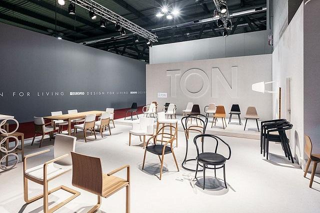 """""""Historisch gesehen ist TON ein Stück tschechisch-österreichischer Design- und Industriegeschichte und einer der ältesten Möbelhersteller der Welt.""""  Milan Design Week 2013: Die Woche auf TON Milan Design Week 2013 Die Woche auf TON Ereignisse Marke Wohn DesignTrend 03"""