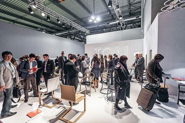 """""""Historisch gesehen ist TON ein Stück tschechisch-österreichischer Design- und Industriegeschichte und einer der ältesten Möbelhersteller der Welt.""""  Milan Design Week 2013: Die Woche auf TON Milan Design Week 2013 Die Woche auf TON Ereignisse Marke Wohn DesignTrend 07"""