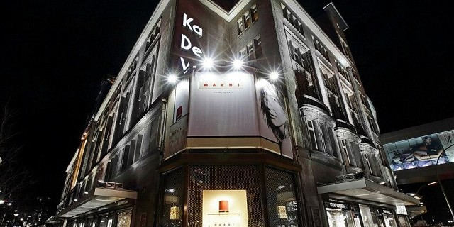 """""""Als führendes Kaufhaus des Landes präsentierte das KaDeWe seinen Kunden Begehrtes aus aller Welt – den neuesten Looks der Pariser Laufstege, usw."""""""