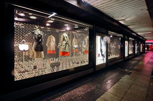 """""""Als führendes Kaufhaus des Landes präsentierte das KaDeWe seinen Kunden Begehrtes aus aller Welt – den neuesten Looks der Pariser Laufstege, usw.""""  KaDeWe Berlin: Luxuriöses und stylishes Kaufhaus KaDeWe Berlin    Wohn DesignTrend 08"""