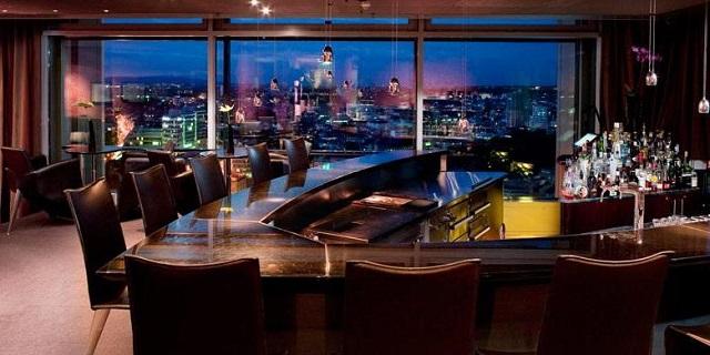 """""""Ob im Club aufdrehen oder in einer Bar genießen, das Nachtleben der Stadt ist vielseitig. Frankfurt ist eine Metropole der Techno-, House- und Dancefloormusik.""""  Luxusleben: Beste Design-Clubs in Frankfurt Wohn DesignTrend    Beste Design Clubs in Frankfurt 22nd Lounge Bar"""