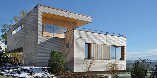 """""""Einfamilienhaus mit Überblick der Stadt Weinfelden in der Schweiz. Haus Weinfelden in der Schweiz von K_m Architektur. Materialen: Beton, Holz und Glas."""""""