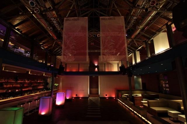 """""""Ob im Club aufdrehen oder in einer Bar genießen, das Nachtleben der Stadt ist vielseitig. Frankfurt ist eine Metropole der Techno-, House- und Dancefloormusik.""""  Luxusleben: Beste Design-Clubs in Frankfurt Wohn DesignTrend    Beste Design Clubs in Frankfurt King Kamehameha"""