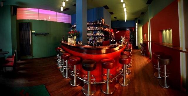 """""""Ob im Club aufdrehen oder in einer Bar genießen, das Nachtleben der Stadt ist vielseitig. Frankfurt ist eine Metropole der Techno-, House- und Dancefloormusik.""""  Luxusleben: Beste Design-Clubs in Frankfurt Wohn DesignTrend    Beste Design Clubs in Frankfurt Luna Bar"""