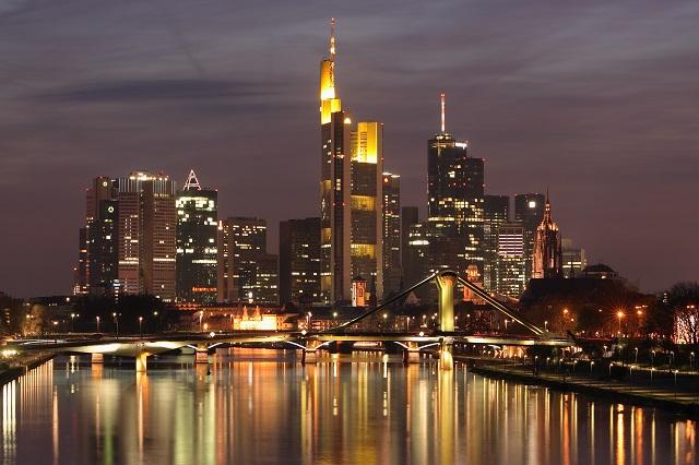 """""""Ob im Club aufdrehen oder in einer Bar genießen, das Nachtleben der Stadt ist vielseitig. Frankfurt ist eine Metropole der Techno-, House- und Dancefloormusik.""""  Luxusleben: Beste Design-Clubs in Frankfurt Wohn DesignTrend    Beste Design Clubs in Frankfurt"""