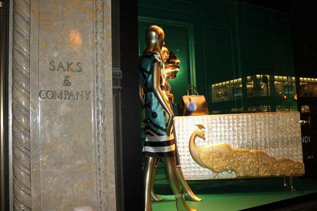 """""""KOKET ist jetzt an der Fenster von Saks an der Fifth Avenue in Manhattan, New York City. KOKET ist weltbekannt für einen höchst begehrenswerte Sammlung.""""  KOKET am Fenster von Saks, Fifth Avenue New York Wohn DesignTrend    KOKET an der Fenster von Saks Fifth Avenue New York 01"""