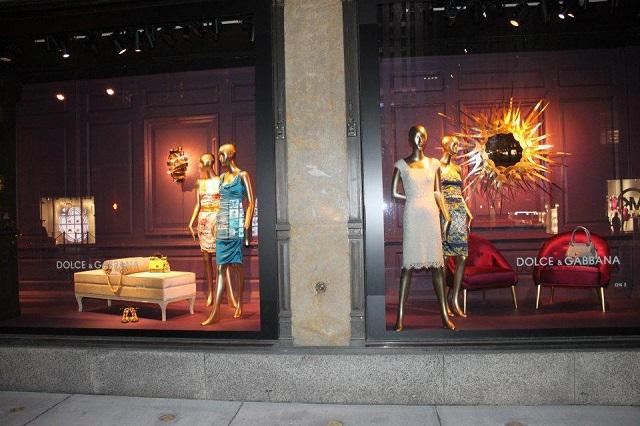"""""""KOKET ist jetzt an der Fenster von Saks an der Fifth Avenue in Manhattan, New York City. KOKET ist weltbekannt für einen höchst begehrenswerte Sammlung.""""  KOKET am Fenster von Saks, Fifth Avenue New York Wohn DesignTrend    KOKET an der Fenster von Saks Fifth Avenue New York 08"""