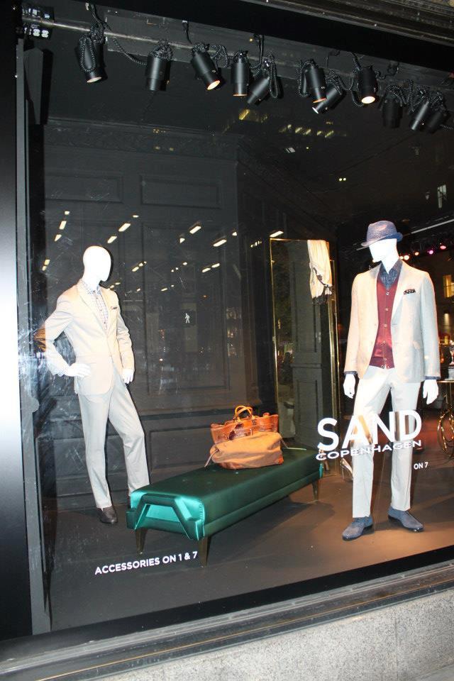 """""""KOKET ist jetzt an der Fenster von Saks an der Fifth Avenue in Manhattan, New York City. KOKET ist weltbekannt für einen höchst begehrenswerte Sammlung.""""  KOKET am Fenster von Saks, Fifth Avenue New York Wohn DesignTrend    KOKET an der Fenster von Saks Fifth Avenue New York 10"""