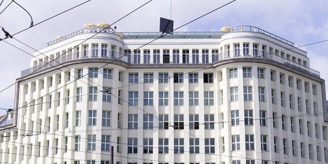 """""""Soho House Berlin ist ein Private Member Club direkt in Berlin Mitte. Das denkmalgeschützte Gebäude im späten Bauhaus-Stil mit markanter symmetrischer Fassade."""""""