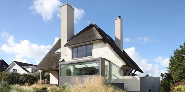 """""""Wohntrends: House N, eine Villa mit Meerblick. Das Büro Maxwan baute die Villa behutsam um, indem es den ursprünglichen Charakter des Hauses bewahrte."""""""