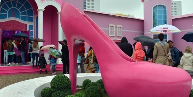 """""""Vom 16. Mai bis zum 25. August 2013 liegt Barbies Zuhause in Berlin, in der nähe zum Alexanderplatz. Barbie eröffnet ihr Museum in Pink; kommen vor Protestler.""""  Barbie Dreamhouse in Berlin: Barbies Pink Welt Wohn DesignTrend Barbie Dreamhouse in Berlin 02 e1369904535576"""