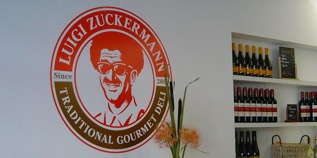 """""""Luigi Zuckermann, der Name weist auf den Mix aus italienischen und traditionell israelischen Speisen. Orient meets Okzident im Deli an der Rosenthaler Straße."""""""
