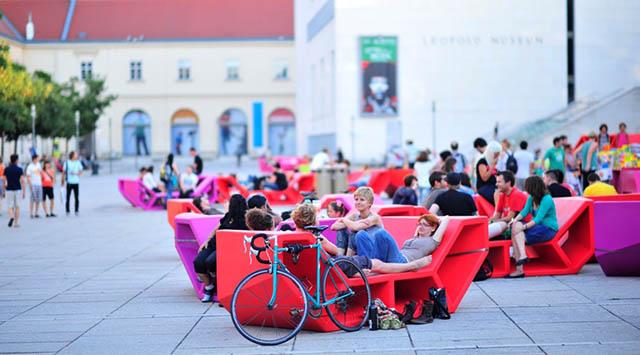"""""""Das Team der PPAG hat sich für den Auftrag des Wiener MQ neue Punschstände zu entwickeln ein Möbelkonzept ausgedacht, bei dem es einerseits möglich ist mehrere Einzelmöbel aufeinander zu stellen in verschieden Varianten, und andererseits jedes Teil auch einzeln nutzen zu können.   ENZI – Kulturobjekte in Wien, MQ Sommer im MQ 2010   Sommermoebel Enzo  c  Wolfgang Simlinger slide"""