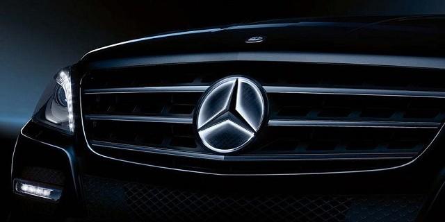 """""""Mercedes Benz Accessories: Der beleuchtete LED-Stern -the """"illuminated Star"""". Das LED-Logo schaltet sich beim Motorstart aus und lässt sich nur bei Modellen."""""""