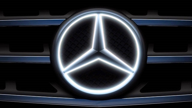 """""""Mercedes Benz Accessories: Der beleuchtete LED-Stern -the """"illuminated Star"""". Das LED-Logo schaltet sich beim Motorstart aus und lässt sich nur bei Modellen.""""  Mercedes Benz Accessories: Der beleuchtete LED-Stern Wohn DesignTrend Mercedes Benz Accessories der beleuchtete LED Stern 04"""