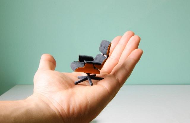 """""""So entstand diese perfekte kleine Miniatur von Charles Eames klassischem Lounge Chair gleich zweifarbig; vom amerikanischen Designstudenten Kevin Spencer.""""  Kreatives Design: Mini-Eames-Chair aus dem 3D-Drucker Wohn DesignTrend Mini Eames Chair aus dem 3D Drucker von Kevin Spencer 01"""