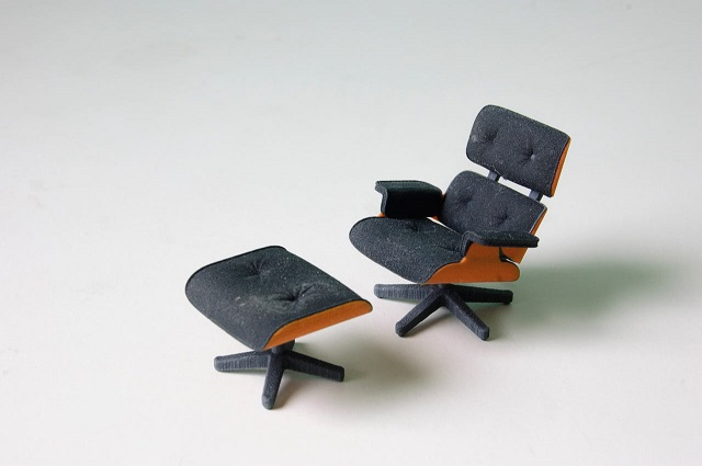 """""""So entstand diese perfekte kleine Miniatur von Charles Eames klassischem Lounge Chair gleich zweifarbig; vom amerikanischen Designstudenten Kevin Spencer.""""  Kreatives Design: Mini-Eames-Chair aus dem 3D-Drucker Wohn DesignTrend Mini Eames Chair aus dem 3D Drucker von Kevin Spencer 02"""
