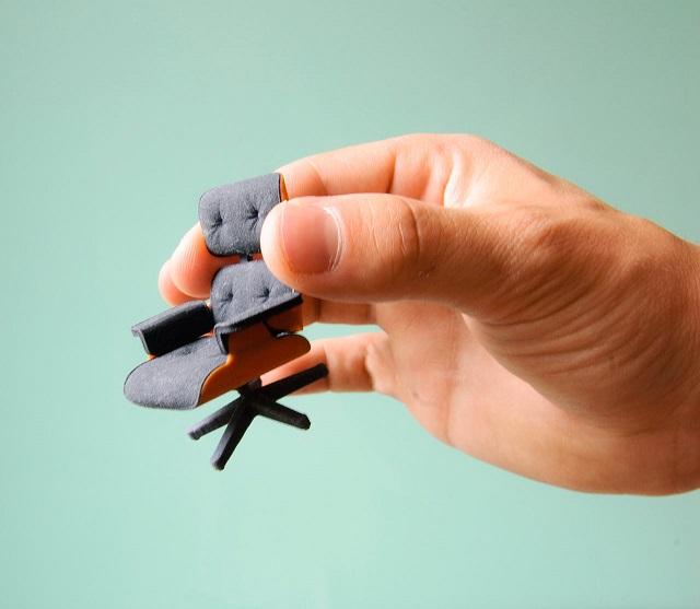 """""""So entstand diese perfekte kleine Miniatur von Charles Eames klassischem Lounge Chair gleich zweifarbig; vom amerikanischen Designstudenten Kevin Spencer.""""  Kreatives Design: Mini-Eames-Chair aus dem 3D-Drucker Wohn DesignTrend Mini Eames Chair aus dem 3D Drucker von Kevin Spencer 04"""