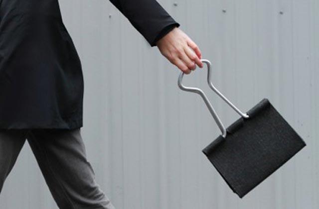 """""""Die Clip Bag von Peter Bristol aus Seattle ist ein Ausnahmefall. Es kommt selten vor, dass eine Form ohne Übersetzung neu benutzt werden kann.""""  Mode & Lifestyle: Handtasche im Clip-Format Wohn DesignTrend ModeLifestyle Handtasche im Clip Format 01"""
