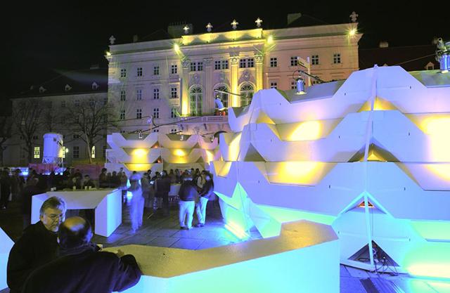 """""""Das Team der PPAG hat sich für den Auftrag des Wiener MQ neue Punschstände zu entwickeln ein Möbelkonzept ausgedacht, bei dem es einerseits möglich ist mehrere Einzelmöbel aufeinander zu stellen in verschieden Varianten, und andererseits jedes Teil auch einzeln nutzen zu können.   ENZI – Kulturobjekte in Wien, MQ mq hofmoebel 2002 small  c  ali schafler"""