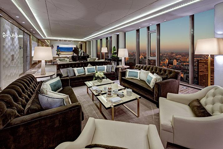 """""""Entdecken Sie eine neue Welt des Luxus in dem Waldorf Astoria Hotel, in Berlin. Hier erleben Sie die Zukunft verbunden mit Klassischem und Zeitlosem, während der meisterliche Service in Ehren gehalten wird und moderne Bequemlichkeiten Ihnen wahrlich unvergessliche Momente schaffen.  Modernes Hotel Waldorf Astoria Berlin WA Pres Suite day HR"""