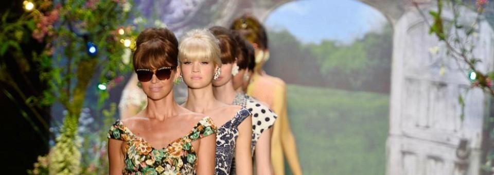 """""""Lena Hoscheck blieb auf der Fashion Week Berlin Frühjahr-/Sommer 2014 ihrem Stil treu. Die Grazerin zeigte einen 50ies-Look, der diesmal sehr pastellig ausfiel."""""""