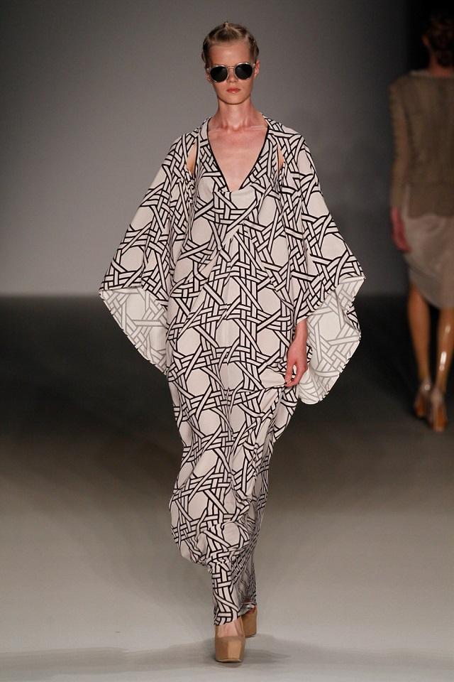 """""""DAWID TOMASZEWSKI ist während der Mercedes-Benz Fashion Week Berlin immer Garant für eine dramatische, beinahe schon theatralische Show. Spring/Summer 2014.""""  MERCEDES-BENZ FASHION WEEK S/S 2014: DAWID TOMASZEWSKI Wohn DesignTrend Mercedes Benz Fashion Week Sring Summer 2014 DAWID TOMASZEWSKI 01"""