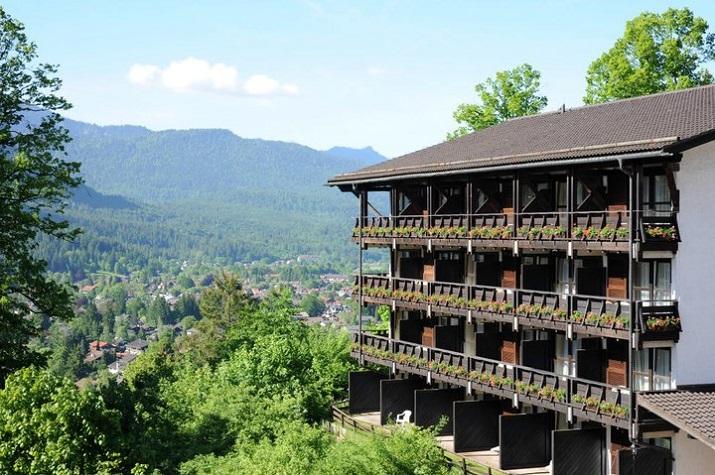 """""""Inmitten der atemberaubenden Alpenlandschaft, hoch über den Dächern von Garmisch-Partenkirchen, gibt das Riessersee Hotel Resort die besten Aussichten.""""  Urlaub am Riessersee Hotel Resort Wohn DesignTrend Urlaub am Riessersee Hotel Resort 02"""