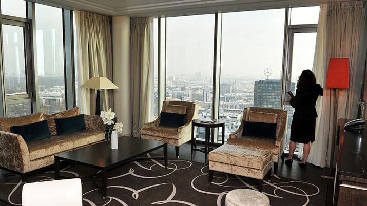 """""""Entdecken Sie eine neue Welt des Luxus in dem Waldorf Astoria Hotel, in Berlin. Hier erleben Sie die Zukunft verbunden mit Klassischem und Zeitlosem, während der meisterliche Service in Ehren gehalten wird und moderne Bequemlichkeiten Ihnen wahrlich unvergessliche Momente schaffen.    Modernes Hotel Waldorf Astoria Berlin waldorf4 39836518"""