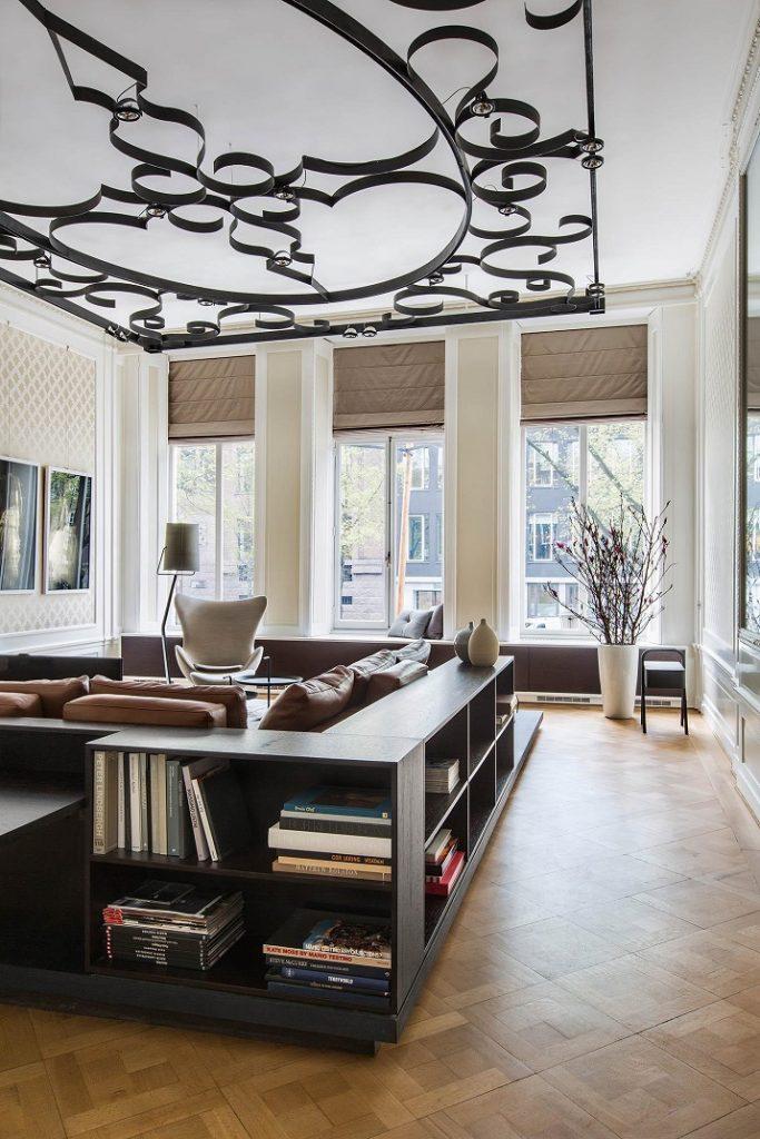 """""""Innenarchitekten Sigrid van Kleef und René van der Leest von Amsterdams Studio R U I M renovieren ein Grachtenhaus, um ein elegantes Haus zu schaffen.""""  Grachtenhaus Herengracht von Studio R U I M Grachtenhaus Herengracht von Studio R U I M 02"""