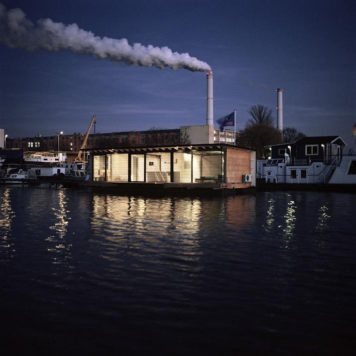 """""""Modernes Hausboot am Fluss. Die Inneneinrichtung ist schlicht, bodentiefe Fenster lassen weit blicken: Hier ist die Umgebung, die Stadt der Star.""""  Modernes Hausboot am Fluss Modernes Hausboot am Fluss 01"""