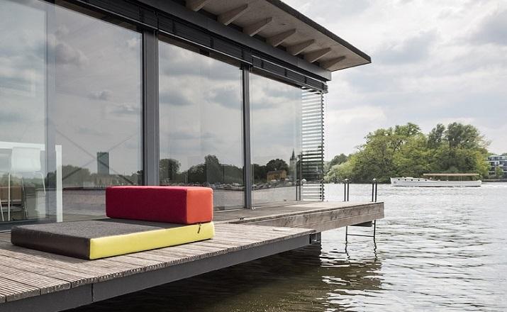 """""""Modernes Hausboot am Fluss. Die Inneneinrichtung ist schlicht, bodentiefe Fenster lassen weit blicken: Hier ist die Umgebung, die Stadt der Star.""""  Modernes Hausboot am Fluss Modernes Hausboot am Fluss 02"""