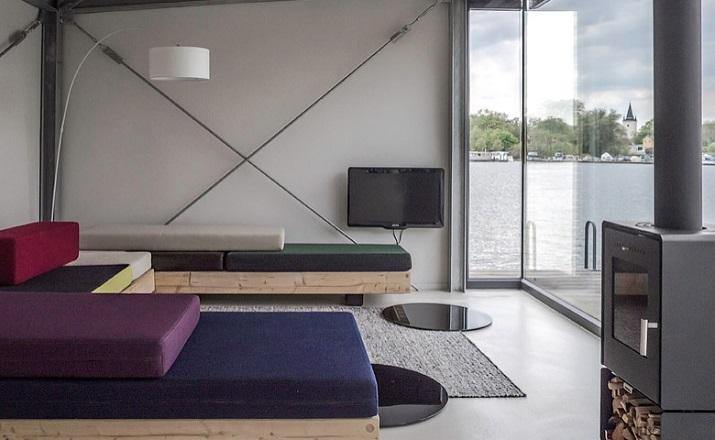 """""""Modernes Hausboot am Fluss. Die Inneneinrichtung ist schlicht, bodentiefe Fenster lassen weit blicken: Hier ist die Umgebung, die Stadt der Star.""""  Modernes Hausboot am Fluss Modernes Hausboot am Fluss 06"""