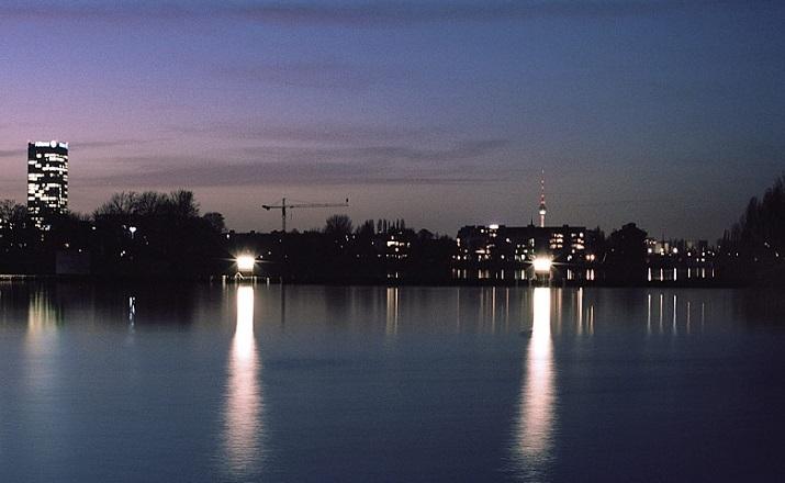 """""""Modernes Hausboot am Fluss. Die Inneneinrichtung ist schlicht, bodentiefe Fenster lassen weit blicken: Hier ist die Umgebung, die Stadt der Star.""""  Modernes Hausboot am Fluss Modernes Hausboot am Fluss 08"""