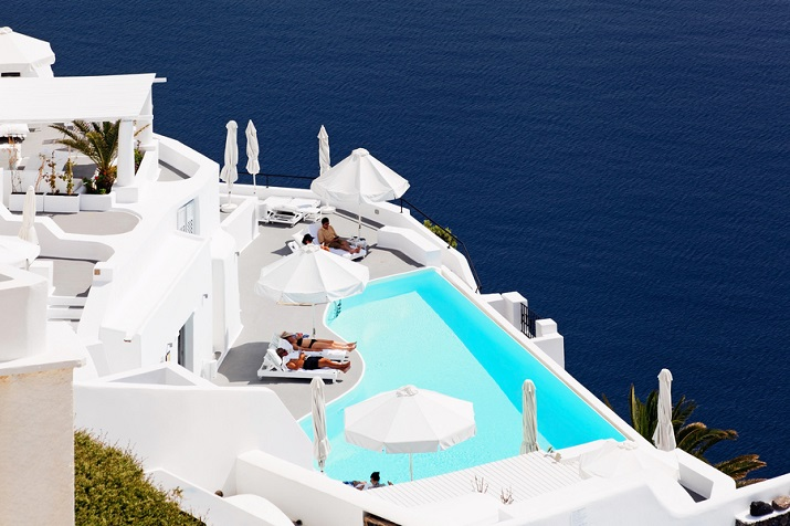 """""""Ich glaube, dass wir Entspannen am Pool verpassen. Finden Sie Ihr Traumbestimmungsort in dieser kurzen Liste der schönsten Hotelpools um die Welt.""""  TOP 10 unglaublichsten Hotelpools um die Welt Top 10 of the most beautiful hotel pools Katikies Greece"""