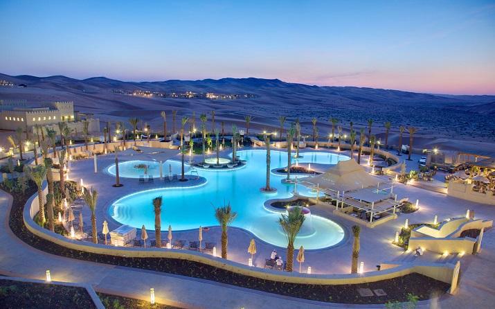 """""""Ich glaube, dass wir Entspannen am Pool verpassen. Finden Sie Ihr Traumbestimmungsort in dieser kurzen Liste der schönsten Hotelpools um die Welt.""""  TOP 10 unglaublichsten Hotelpools um die Welt Top 10 of the most beautiful hotel pools Qasr Al Sarab Resort by Anantara UAE"""