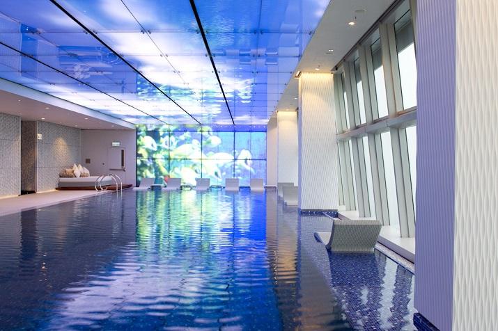 """""""Ich glaube, dass wir Entspannen am Pool verpassen. Finden Sie Ihr Traumbestimmungsort in dieser kurzen Liste der schönsten Hotelpools um die Welt.""""  TOP 10 unglaublichsten Hotelpools um die Welt Top 10 of the most beautiful hotel pools Ritz Carlton Hong Kong"""