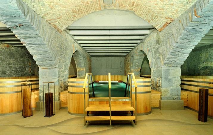 """""""Die Hürlimann Brauerei in Zürich, baute 1836, ist in ein Hotel und thermischen Spa mit erhitztem Wasser von einem nahe gelegenen Frühling umgestaltet worden.""""  Renovierung der Hürlimann Brauerei in thermisches Bad & Spa Renovierung der H  rlimann Brauerei in thermisches Bad Spa 02"""