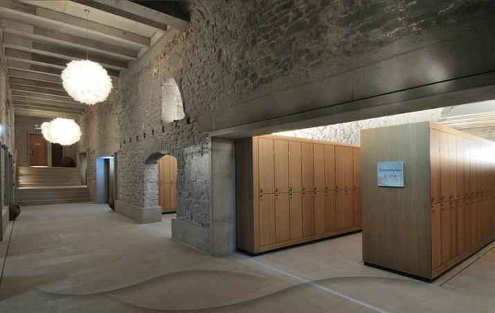 """""""Die Hürlimann Brauerei in Zürich, baute 1836, ist in ein Hotel und thermischen Spa mit erhitztem Wasser von einem nahe gelegenen Frühling umgestaltet worden.""""  Renovierung der Hürlimann Brauerei in thermisches Bad & Spa Renovierung der H  rlimann Brauerei in thermisches Bad Spa 04"""