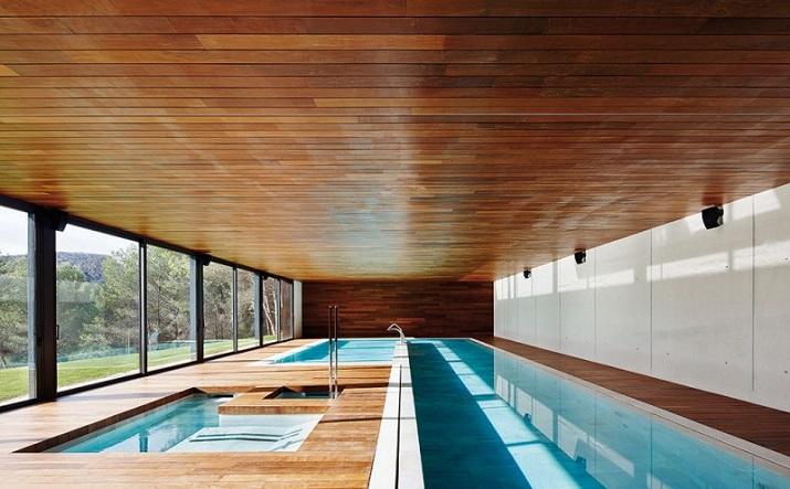 """""""10 Schwimmbäder in wärmeren Punkten, aber Spiel mit der Idee davon, Innen- und Außenraum zu vermischen.""""  10 moderne und luxuriöse Innenschwimmbäder 10 moderne und luxuri  se Innenschwimmb  der 02"""