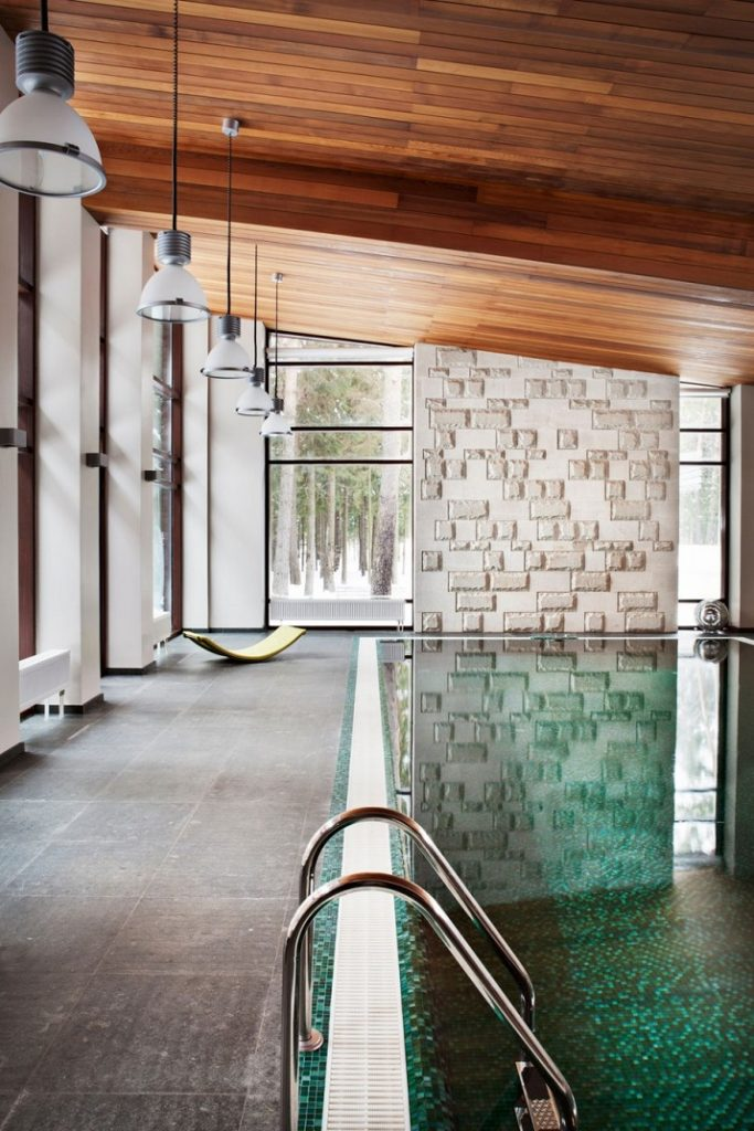 """""""10 Schwimmbäder in wärmeren Punkten, aber Spiel mit der Idee davon, Innen- und Außenraum zu vermischen.""""  10 moderne und luxuriöse Innenschwimmbäder 10 moderne und luxuri  se Innenschwimmb  der 05"""